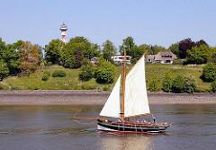 Leuchtfeuer Tinsdal an der Elbe bei Hamburg Rissen - historsisches Segelboot.