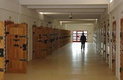 JVA Fuhlsbüttel Justizvollzugsanstalt Gefängnisflur Türen.