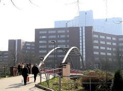 Brücke über den Osterbekkanal - Blick von der Jarrestadt zu den Bürogebäuden der Alstercity. Bilder aus den Hamburger Stadtteilen.