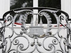 Schmiedeeiserne Balkonbrüstung mit dem Wappen von Altona an der Elbe, ehem. Frauenklinik Altona.