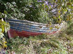 Fischerdorf Hamburg Finkenwerder - Elbufer, altes Ruderboot / Holzboot an Land.