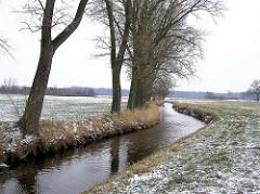 Alsterlauf im Winter bei Kayhude - Schnee liegt auf den Feldern.