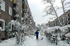 Winter in Hamburg Winterhude - Schnee liegt im Innenhof des Otto Stolten Hofs der Jarrestadt.