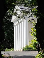 Säulen am Eingang des klassizistischen Landhauses Goßlerhaus in Hamburg Blankenese.