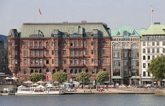 Blick über die Binnenalster zum Jungfernstieg - Historische Hamburger Architektur - Hamburger Hof und Heinehaus - Geschäftshaus + Kontorhaus