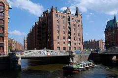 Touristenrundfahrt mit einer Barkasse auf den Fleeten in der Speicherstadt, die ein Teil des Hamburger Stadtteil Hafencity ist.
