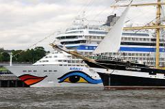 Das Kreuzfahrtschiff AIDAblu am Terminal Hamburg Altoan und der Bug vom Grosssegler Kruizenstern