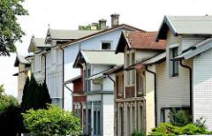 Wohnhäuser an der Strasse - Hausdächer mit Dachfenstern  - Dachgauben.