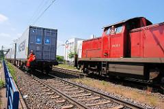 Güterverkehr im Hamburger Hafen - im Hintergrund das Containerterminal Eurogate.