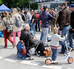 Strassenfest in Hamburg Eppendorf - Akkordeonspieler am Rande des Gedränges.