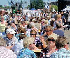 Harburger Hafenfest - Menschenmenge in der Sonne.