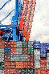 Containerterminal Hamburg Altenwerder - Heck eines Containerschiffs beladen mit Containern - hochgefahrene Containerbrücken am Ballinkai.