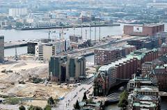 Luftaufnahme von der entstehenden Hafencity (2006) - im Bildzentrum die Kaffeelagerei am Brooktorkai - im Hintergrund re. an der Elbe der Kaispeicher A.