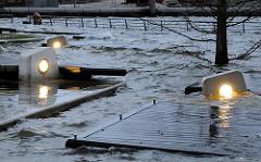 Das Hochwasser ist über die Kaimauer des Grasbrookhafens in der Hamburger Hafencity gestiegen und setzt die Ruhebänke und Lampen unter Wasser.