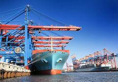 Bilder aus dem Hamburger Hafen - die Ladung der Containerschiffe wird über die Containerbrücken gelöscht.