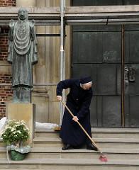 ein jeder fege vor seiner eigenen tuer - eingang der st. josephs kirche in der grossen freiheit von hh-st. pauli.