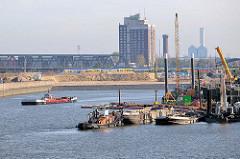 Bauarbeiten am Petersenkai im Hamburger Baakenhafen - im Hintergrund das Hochhaus-Hotel HolidayInn und Wasserturm in Hamburg Rothenburgsort.