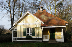 Wohnhaus im Jenischpark ehem. Pfoertnerhaus am Eingang zum Park in Hamburg Othmarschen.