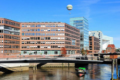 Moderne Architektur Hamburgs - Quartier am Brooktorkai in der Hamburger Hafencity - Blick in den Ericusgraben - Brücke zum Maritimen Museum.