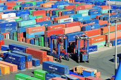Blick auf das Containerlager Burchardkai - Portalhubwagen zwischen des verschieden farbigen Metallboxen.