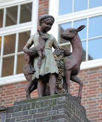 Bauschmuck - Keramikfigur Mädchen mit Reh und Kitz / Bildhauer Richard Kuöhl; Kindertagesheim Winterhuder Weg.