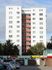 Hochhaus in Hamburg Neugraben Fischbek - Parkplatz am Einkaufszentrum.