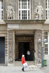 Eingang des historischen Gebäudes der ehem. Reichsbank, Alter Wall - Skulpturen über dem Eingang Merkur und ein Ritter mit Schwert / Sinnbilder von Wirtschaftsmacht und Streitkraft.
