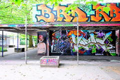 Ehem. Einkaufszentrum am Winfriedweg in Hamburg Lokstedt - eine Fassade ist mit Graffiti dekoriert.