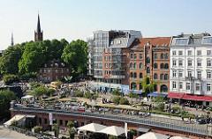 Blick auf die St. Pauli Hafenstrasse und den Antonipark, Kirchturm der Kirche St. Pauli.