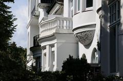 Architekturdetails der Villenfassaden am Winterhuder Leinpfad.