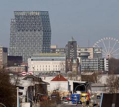 Blick über das Hafengebiet / Industriegebiet auf dem Kleinen Grasbrook im Hamburger Hafen.