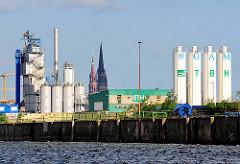 GEwerbe und Industrieanlagen am Kirchenpauerkai der Norderelbe - in der Bildmitte die Kirchtürme der St. Katharinenkirche und St. Nikolaikirche.