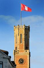 Turm der Alten Post mit Hamburg Flagge - historisches Gebäude.