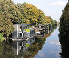 Eilbeker Kanal - Grenze zu Barmbek Süd - Wohnschiffe am Ufer des Kanals - Hausboote in Hamburg Eilbek.