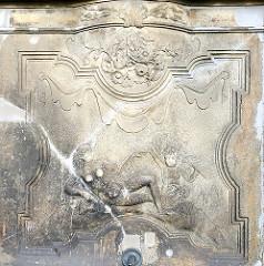 Brunnenrelief am Minervabrunnen auf dem Altonaer Fischmarkt - Bilder aus Hamburg, Sehenswürdigkeiten der Hansestadt Hamburg.