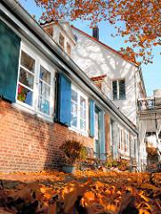 Herbstlaub im Vorgarten - Lotsenhäuser am Elbweg in Hamburg Oevelgoenne / Stadtteil Othmarschen.