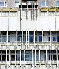 Hausfassade mit Balkonkästen - Wohngebäude Hamburg Steilshoop.