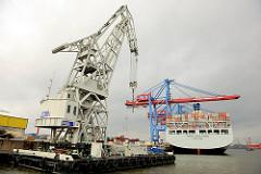 Schwimmkran IV der HHLA - der Schwimmkran hat eine Höhe von 57m und kann 220 Tonnen heben - im Hintergrund das Containerschiff COSCO EXCELENCE am Containerterminal Tollerort in HH-Steinwerder.