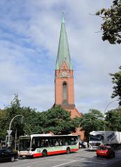 Kirchturm der Heimfelder St. Paulus Kirche - Autobus LKW und Pkw auf der Heimfelder strasse.