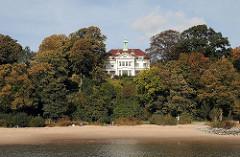 Hamburg Othmarschen im Herbst - Villa zwischen Herbstbäumen Herbstlich gefärbte Blätter.