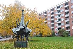 Wohnblocks in der Luruper Ückerstrasse - Herbstbaum auf einer Wiese Bronzeskulputur Ballspielende Kinder / Künstler Gerhard Brandes