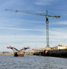 Baustelle der Brücke über den Baakenhafen am Petersenkai in der Hamburger Hafencity.