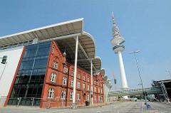 Historisches Gebäude - Überdachung Messegebäude der Hamburg Messe im Stadtteil St. Pauli - Hamburger Fernsehturm.