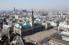 Rathaus Hamburg - erbaut 1897; Architekturstil Historismus - im Hintergrund der Turm der St. Michaeliskirche im Hamburger Stadtteil Neustadt.
