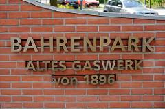 Eingang zum Gelände des ehm. Gaswerks - Schild Bahrenpark Altes Gaswerk von 1896.