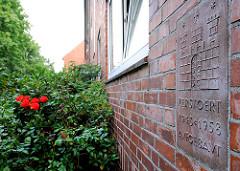 Erinnerungstafel an einer Hausfassade - zerstört 1943 - 1958 aufgebaut ; Fotos aus dem Hamburger Stadtteil Hamm.