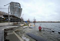 Hochwasser im Hamburger Hafen - die Marco Polo Terrassen in der Hafencity werden überspült.