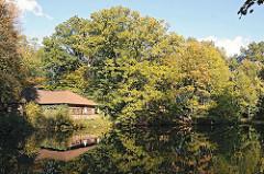 Hamburger Stadtteile - Bergestedt Mühlenteich aufgestaute Saselbek im Naturschutgebiet Hainesch Alte Muehle