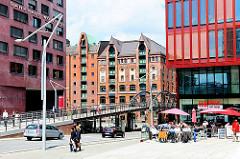 Aussengastronomie an der Strasse Grosser Grasbrook; Kibbelstegbrücke; historisches Lagergebäude - moderne Architektur in Hamburg.