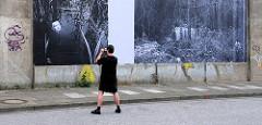 ABSAGEANDIEWIRKLICHKEIT - Kunstprojekt, Fotoprojekt an der Wand der Bahnstrecke Norderstrasse in Hamburg St. Georg. (2007)